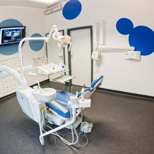 Využití operačního mikroskopu a lupových brýlí ve stomatologii